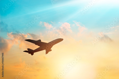 Photo sur Plexiglas Avion à Moteur Airplane in the clouds sky in sunset, pastel color