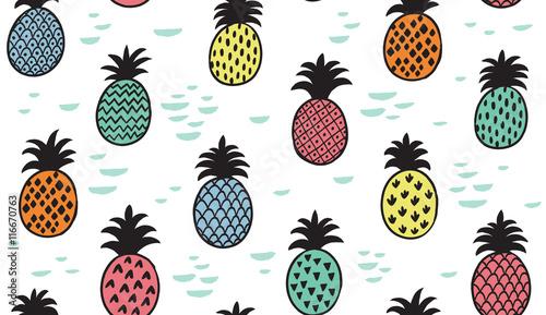 kolorowe-ananasy-na-bialym-tle