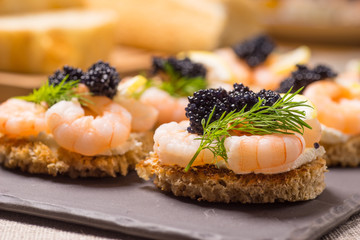 Fototapeta Potrawy i napoje Shrimp Appetizer served on toasted bread
