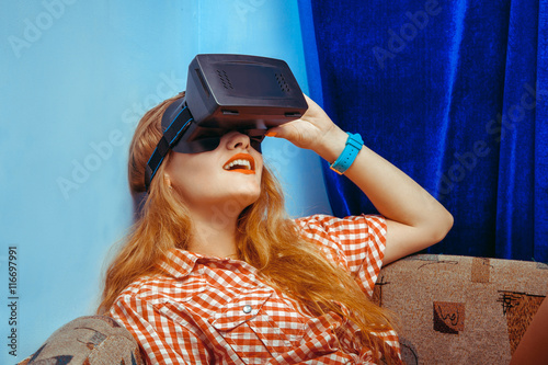 Poster Gypsy eauty woman in virtual reality helmet