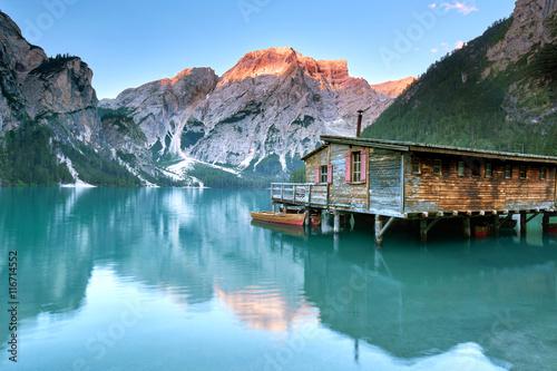 Alpenglühen in den Dolomiten, grüner Bergsee Poster