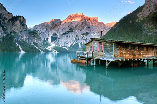 Photo  Alpenglühen in den Dolomiten, grüner Bergsee