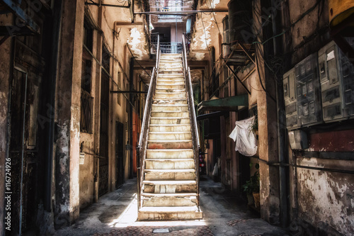 In de dag Havana Interior Stairway Ghetto Havana Cuba. Interior stairwell in the corridor of a decrepit building in Havana, Cuba.