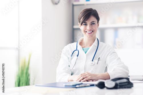 Fotografía  Doctor que trabaja en el escritorio de oficina