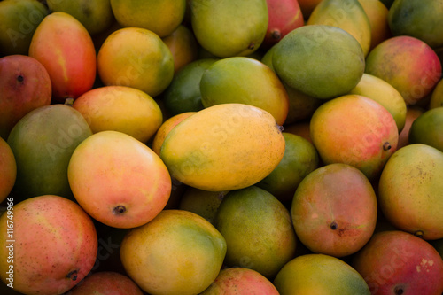 Photo pile of fresh mango fruits