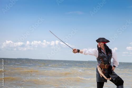 Naklejka premium Pirat na wybrzeżu