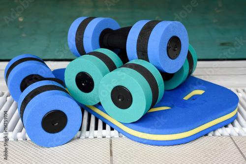 Photo  Aquafitness-Hanteln für Training am Schwimmbeckenrand