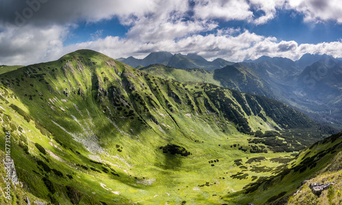 panorama-niesamowitej-doliny-gor-i-sasiednich-szczytow