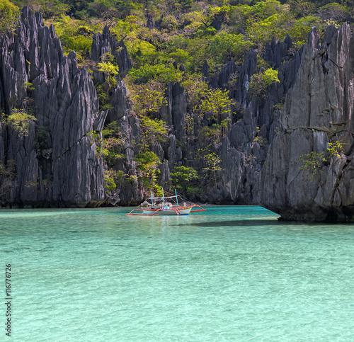 In de dag Asia land Landscape with filippino boat, rocks and blue bay. El Nido, Palawan