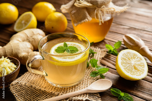 Foto op Aluminium Thee Ginger root tea with lemon, honey and mint