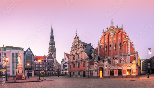 Obraz na plátně City Hall Square with House of the Blackheads and Saint Peter church in Riga Old Town During sunset time