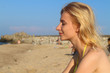 Dziewczyna ciesząca się na plaży