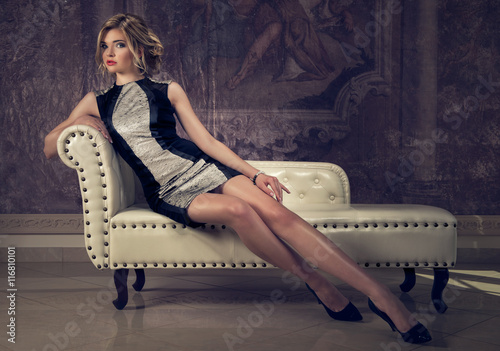 Fotografia  attraktive blonde woman in an elegant cocktail dress