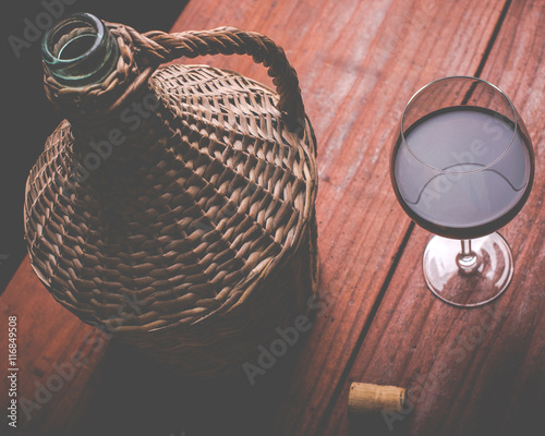 Fotografia wine carboy and wine glass