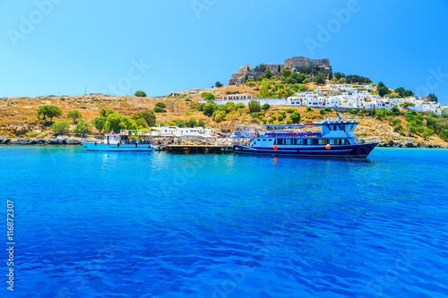 Foto auf AluDibond Stadt am Wasser Greece. Rhodes Island. The town of Lindos and sea bay at sunset