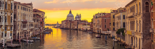 Poster Ochtendgloren Venice city and canal with sunrise view panorama