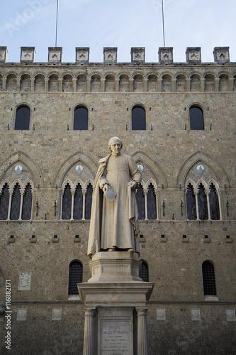 Fotobehang Monument Sallustio Bandini statue in Siena, Italy
