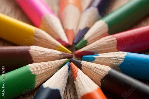 Fotografie, Obraz  Crayons de couleur  sur bureau en bois