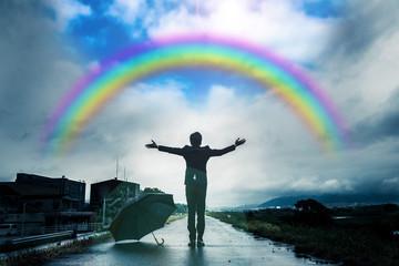 傘を差すビジネスマン,雨上がりの空と虹