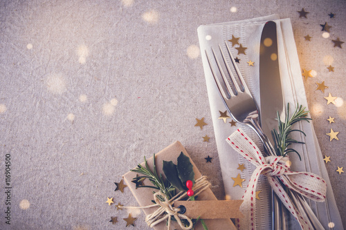 Photo  Christmas table place setting, holidays copy space fairy light toning background