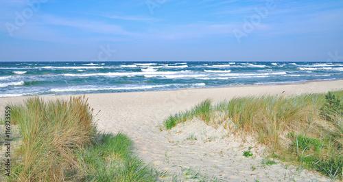 Strand und windgepeitschte Ostsee am Seebad Baabe auf der Insel Rügen,Ostsee,Mecklenburg-Vorpommern,Deutschland