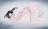 Artysta tańczący balet z abstrakcyjnym wirowaniem - 117008928