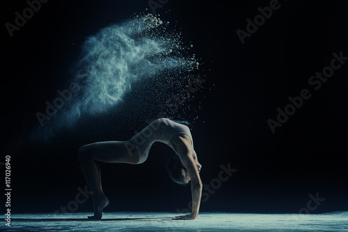 Küchenrückwand aus Glas mit Foto Tanzschule Concept photo. Female dancer in cloud of dust