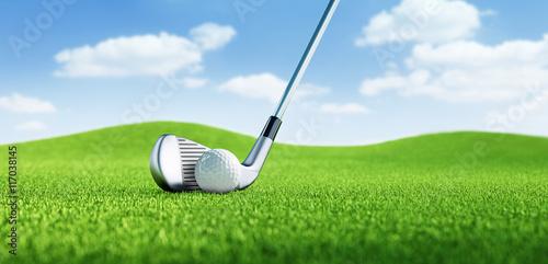 Poster Golf Golfball mit Schläger vor blauem Himmel