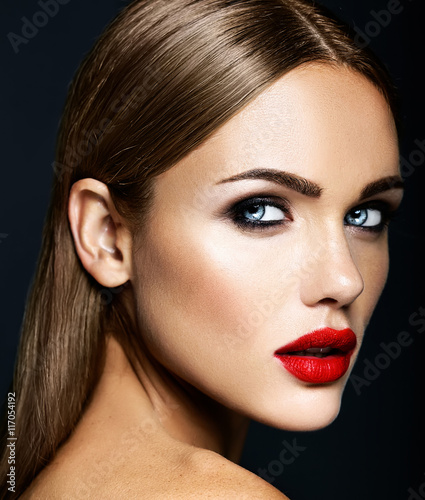 Photo  sensual glamour portrait of beautiful woman model lady with fresh daily makeup w