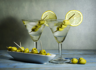 Obraz na Szkle Martini with olives, lemon and ice