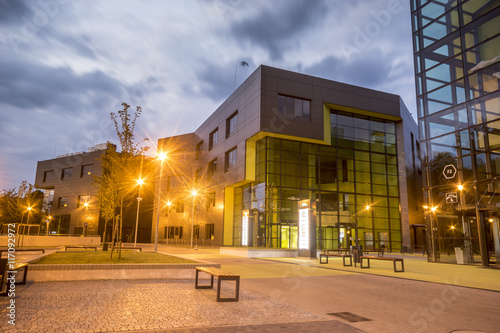 Obraz Modern office building in the evening - fototapety do salonu