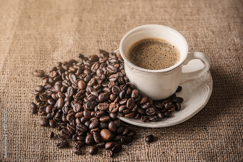 Foto op Canvas Cafe Fresh coffee and coffee beans on sackcloth