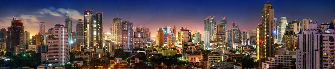 Panel SzklanyPanorama von Bangkok Skyline in der Nacht