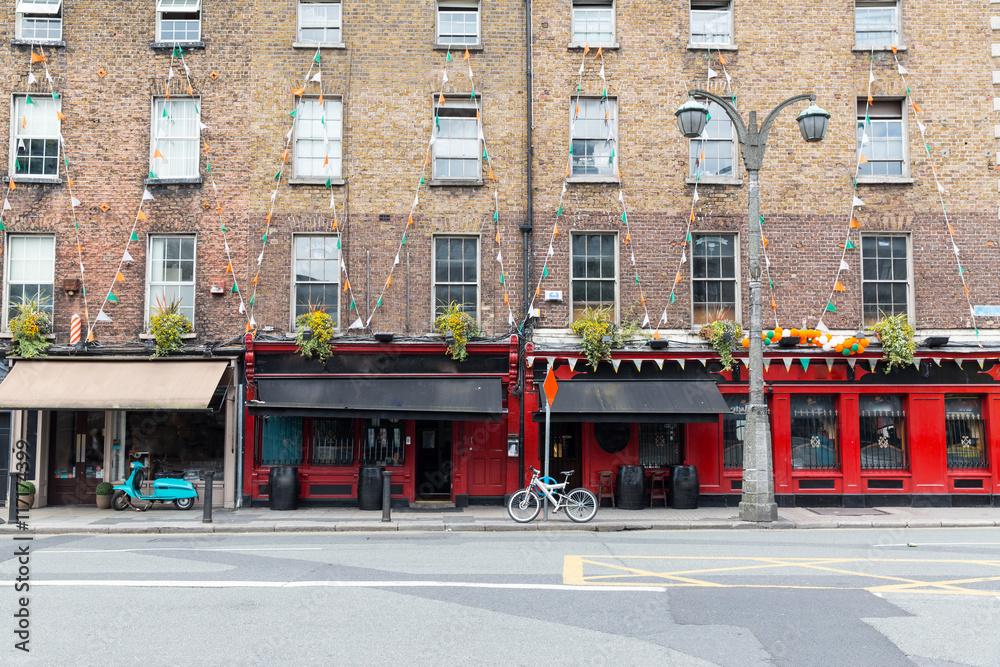 Fotografia  building with bar or pub on street of Dublin city