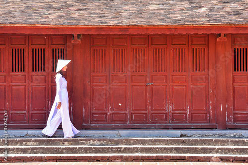 Fotografia  Beautiful  woman with Vietnam culture traditional ,vintage style,Hoi an Vietnam