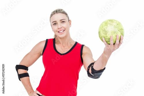 Zdjęcie XXL Lekkoatletka z ochraniaczem na łokieć posiadania piłki ręcznej