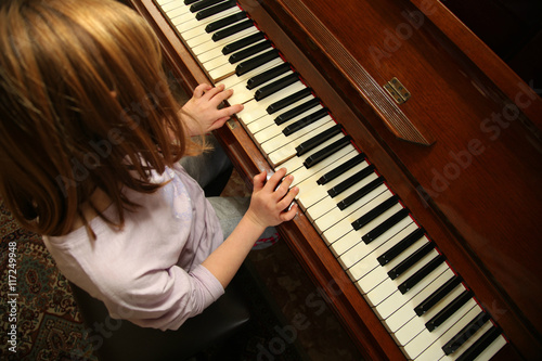 Foto op Canvas Muziekwinkel Bambina impara a suonare il pianoforte