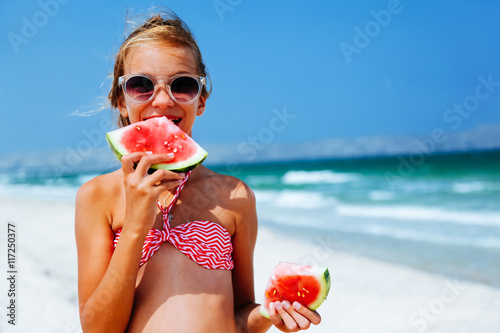 dziewczynka-w-rozowym-stroju-z-arbuzem-na-plazy