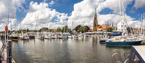 Poster Port Panorama von der Marina im Hafen von Schleswig und dem Dom im Hintergrund
