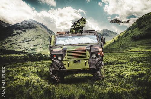 Militär Fahrzeug und Hubschrauber im Gebirge