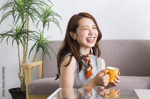 Fotografie, Obraz  部屋でくつろぐ女性