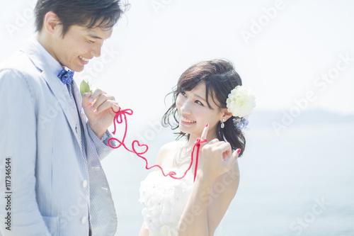 Fotografie, Obraz  赤い糸で結ばれた新郎新婦
