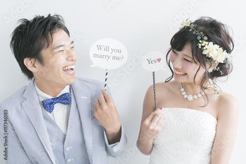 フォトプロップスでプロポーズする新郎新婦 Fototapet