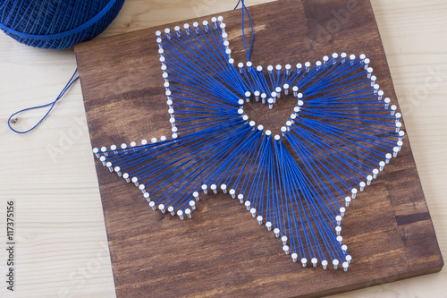 Photo  Texas state string art on a wooden background.