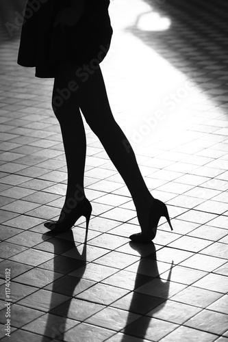 92c9dd1a4df Foto Weibliche Beine in modischen Schuhen
