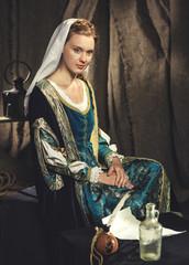 Portret dziewczyny w średniowiecznej sukni. Historyczny kostium