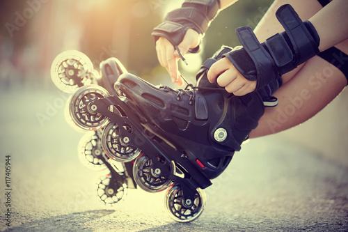 Fotografía  El ajuste de los cordones en los patines de ruedas