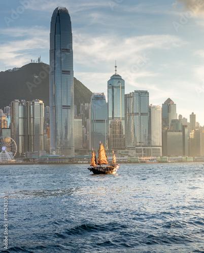 Tuinposter China Old Junk on Hong Kong harbour