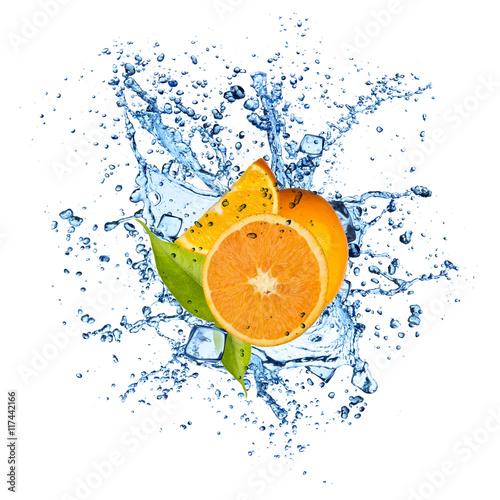 Spoed Foto op Canvas Opspattend water Oranges in water splash on white background