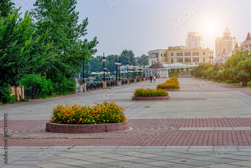 Foto auf AluDibond Stadt am Wasser Kiev. Broad Quay Summer with flower beds in the area Obolon along the Dnieper River.Toning